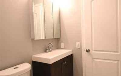 UPPER LEVEL - FULL BATHROOM