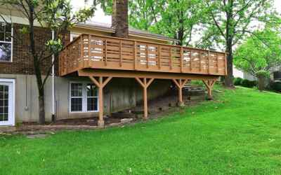 LARGE DECK ON THE BACK OF THE PROPERTY