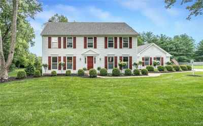 Welcome to 1944 Lymington Common.Another Burton Duenke masterpiece, ideally located in popular Chesterfield Meadow subdivision.   Quality in every room!