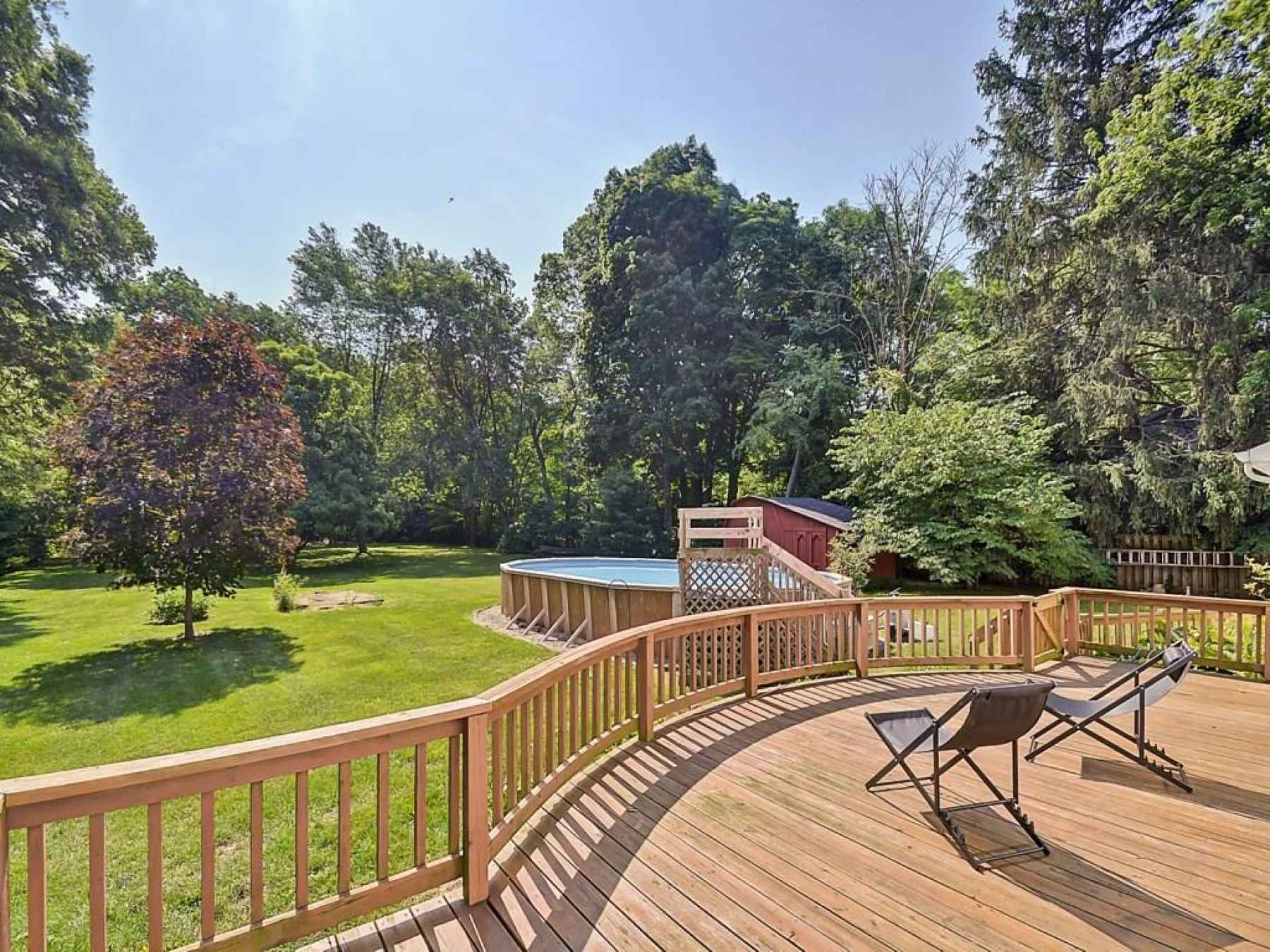 Great deck off the back on the home.