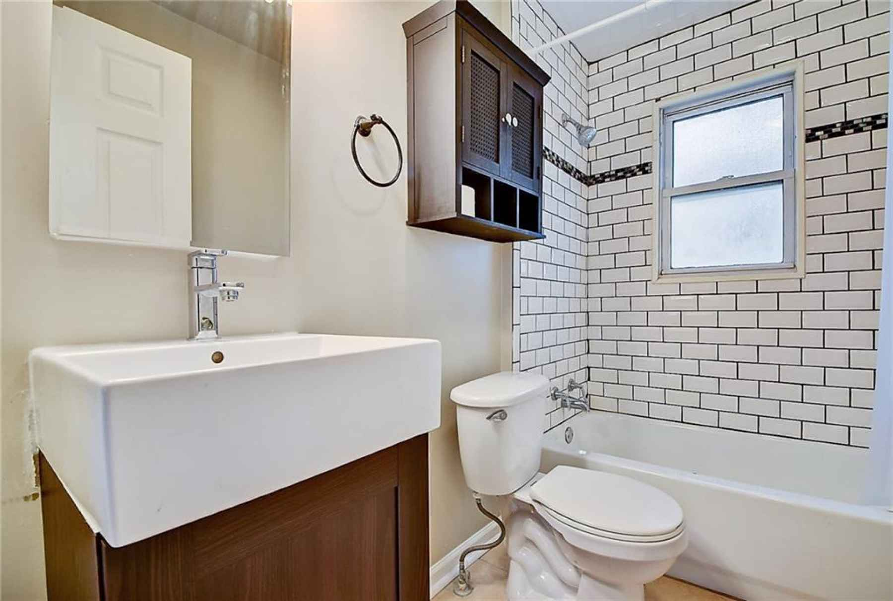 Full bathroom located in between the two bedrooms.