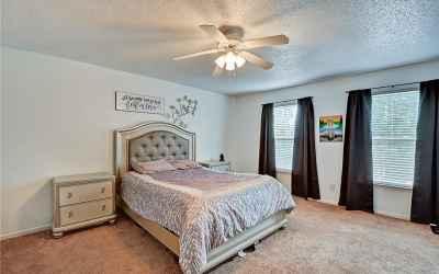 Large Master Bedroom comes complete w/ en suite!